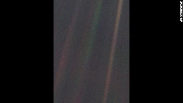 This image of the earth, & quot;  Light blue dot, & quot;  The first & quot;  Portrait & quot;  Of the solar system taken by Voyager 1.