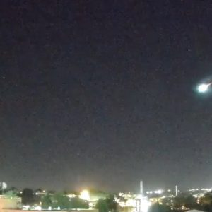 A brilliant meteor piercing the skies of Puerto Rico