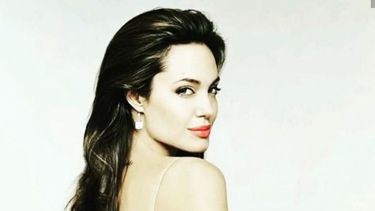 Angelina Jolie took off her clothes in this photo and took all sighs