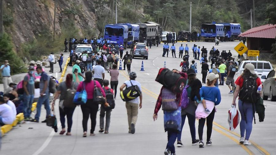 Drama in Honduras !.  Moment of a caravan of immigrants breaking through police fences and entering Guatemala |  News from El Salvador