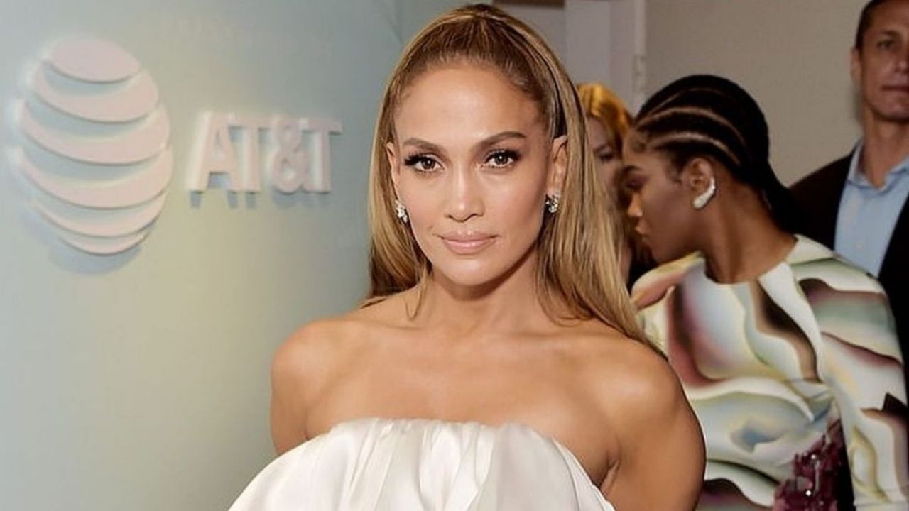 No panties, she sits in a charming way!  A picture of Jennifer Lopez that dazzled even Alex Rodriguez