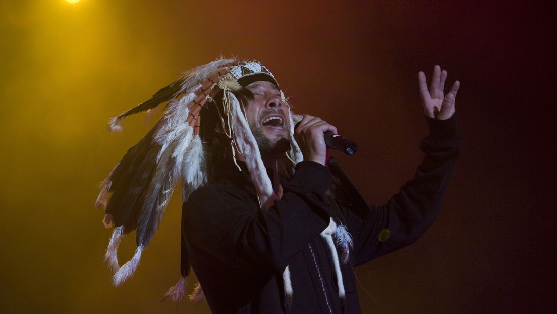 They confuse the Jamiroquai singer with the 'Vikings' who broke into the US Capitol, and the artist explains that he did not participate in the riots.