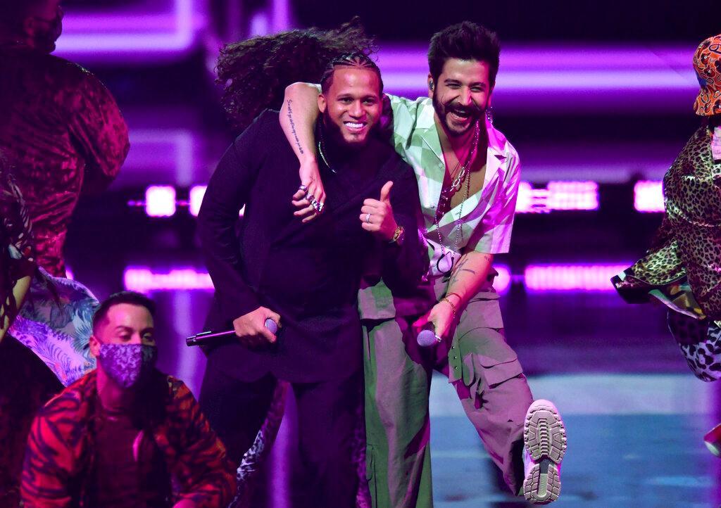 El Alfa plays Premio Lo Nuestro with Zion & Lennox and Camilo