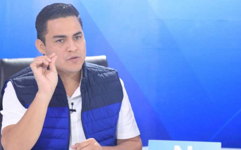 The Peat of New Ideas intimidates journalists into questioning Henry Flores, the mayoral candidate for that party