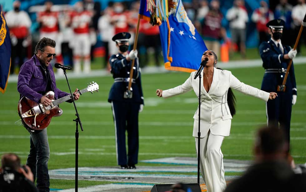 Unforgettable performance of the US National Anthem in the Super Bowl