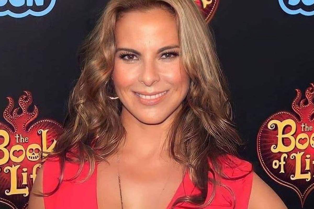 Kate Del Castillo dazzled in her pink silk mini dress that she wasted elegance without sacrificing comfort