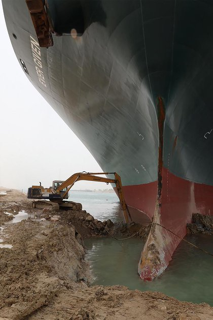 The authorities are working against the clock to open the ship (Suez Canal / AFP)