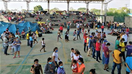 Thousands of Venezuelans flee to Colombia amid clashes between army and guerrillas