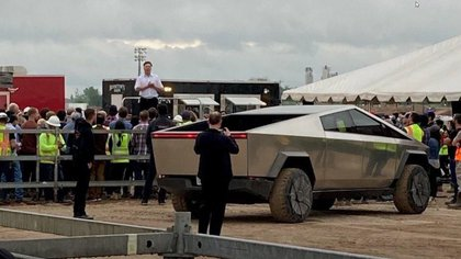 Factory employees were surprised by the unexpected visit of Elon Musk and his electronic truck.