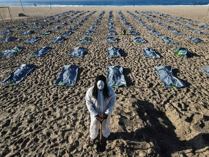 The photo was taken by a drone that shows elements simulating about 400 body bags during the NGO Rio de Paz event in memory of the more than 400,000 Brazilians killed by COVID-19, on Friday on the sands of Copacabana Beach, in the southern part.  Rio de Janeiro, Brazil.  EFE / Antonio Laserda
