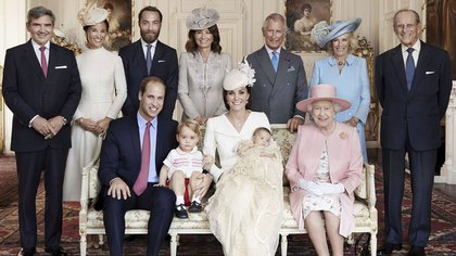 Official photo of his baptism with his maternal grandparents, the Middleton family, and uncles, real great-grandparents and great-grandfathers.  © Mario Testino / Art Partner / REX Shutter / SIPA 163