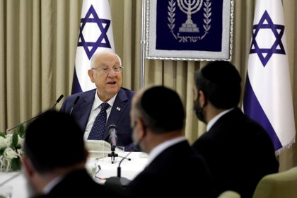 Israeli President Reuven Rivlin talks with representatives of the Shas party about who can form the next coalition government on April 5, 2021. (Reuters) / Amir Cohen