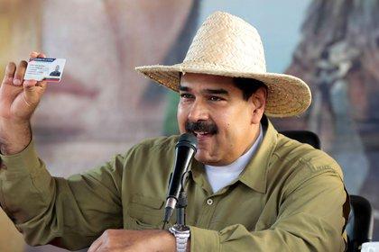 """Dictator Nicolas Maduro holds """"Home card""""A tool for the social control of the regime (Reuters / Bayan / Presidencia de Venezuela)"""