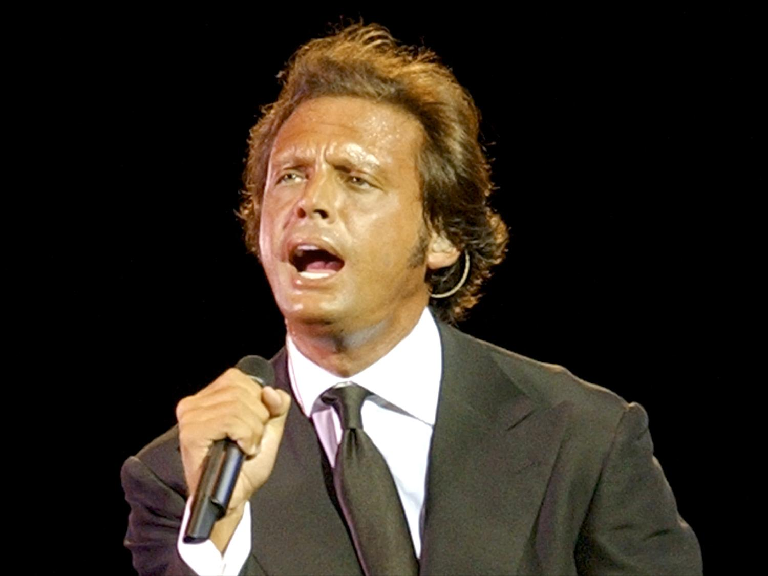Who would blame that Luis Miguel chain not lifted?