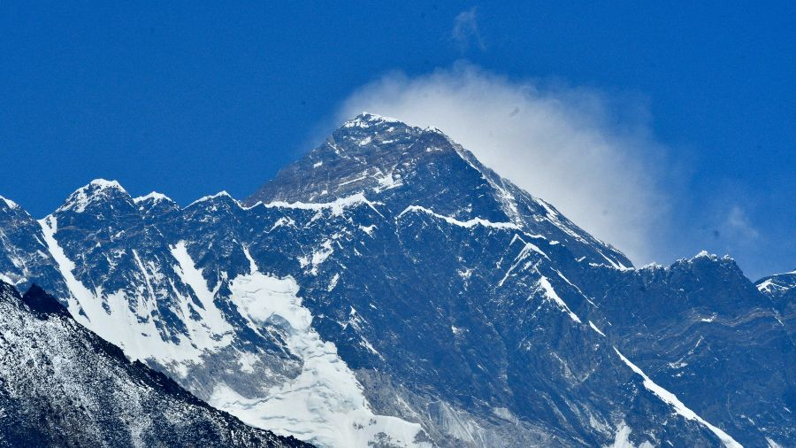 """The announcement of a Chinese """"dividing line"""" on the summit of Everest is causing controversy in Nepal"""