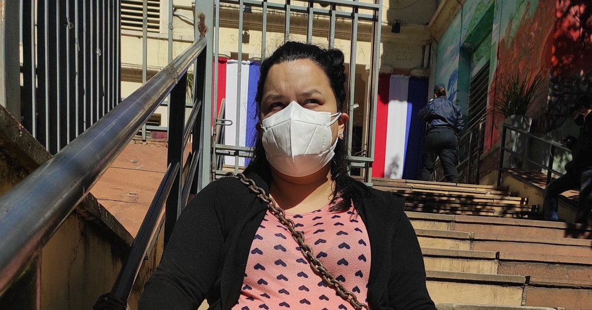 The mother / pregnant woman is chained in front of the Public Health Department to her father's bed