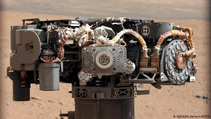 Curiosity has a special spectrometer that can analyze samples with a laser from a distance.  An integrated weather station also measures temperature, atmospheric pressure, humidity, radiation, and wind speed.  In addition, the robot has an analysis unit to identify organic compounds, always in search of extraterrestrial life.