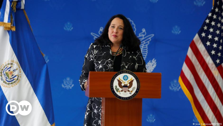 """El Salvador: Jean Manis promised that the US embassy would be a """"neutral"""" place. The most important news and analysis in Latin America    DW"""