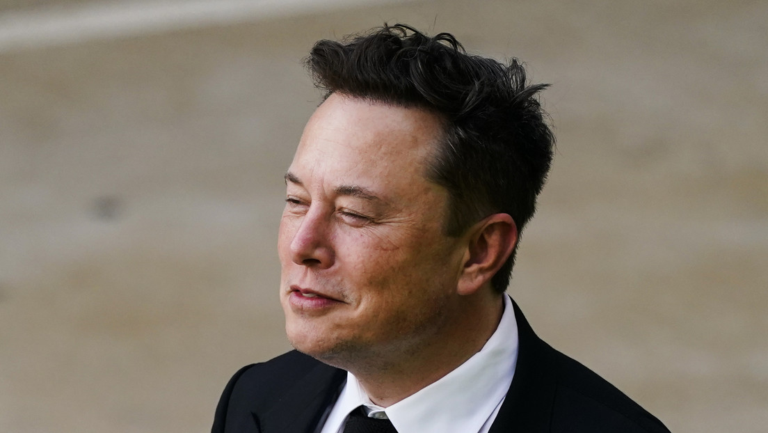 Elon Musk trolls Jeff Bezos in front of his suburban plane