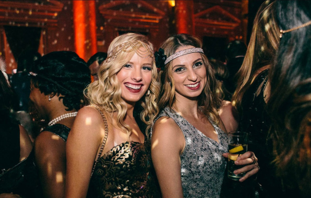 How Should I Dress For a Gatsby Party?