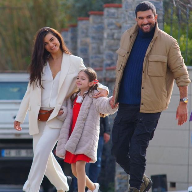 "Beren Jinshalp, Tuba Buyukustun and Engin Akyurek will be the protagonists of the third season of ""Ambassador's daughter"" (Photo: Beren Gençalp / Instagram)"