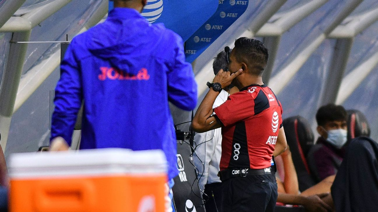 Confusion for Cruz Azul's second goal;  It took six minutes to check and Garcia was injured