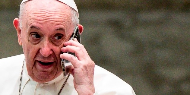 Pope Francis receives a mysterious phone call in public