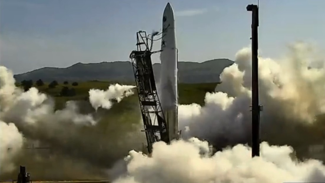 """Video: US """"start-up"""" missile leaves the launch pad due to engine failure at takeoff"""