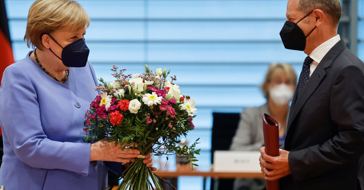 Angela Merkel turned her back on her party and gave the SPD a boost by congratulating her former minister, Olaf Schulz.