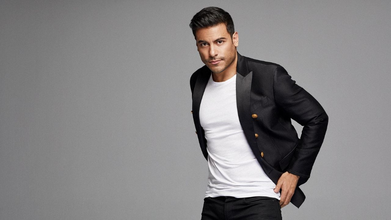 How much does Carlos Rivera charge for a concert?