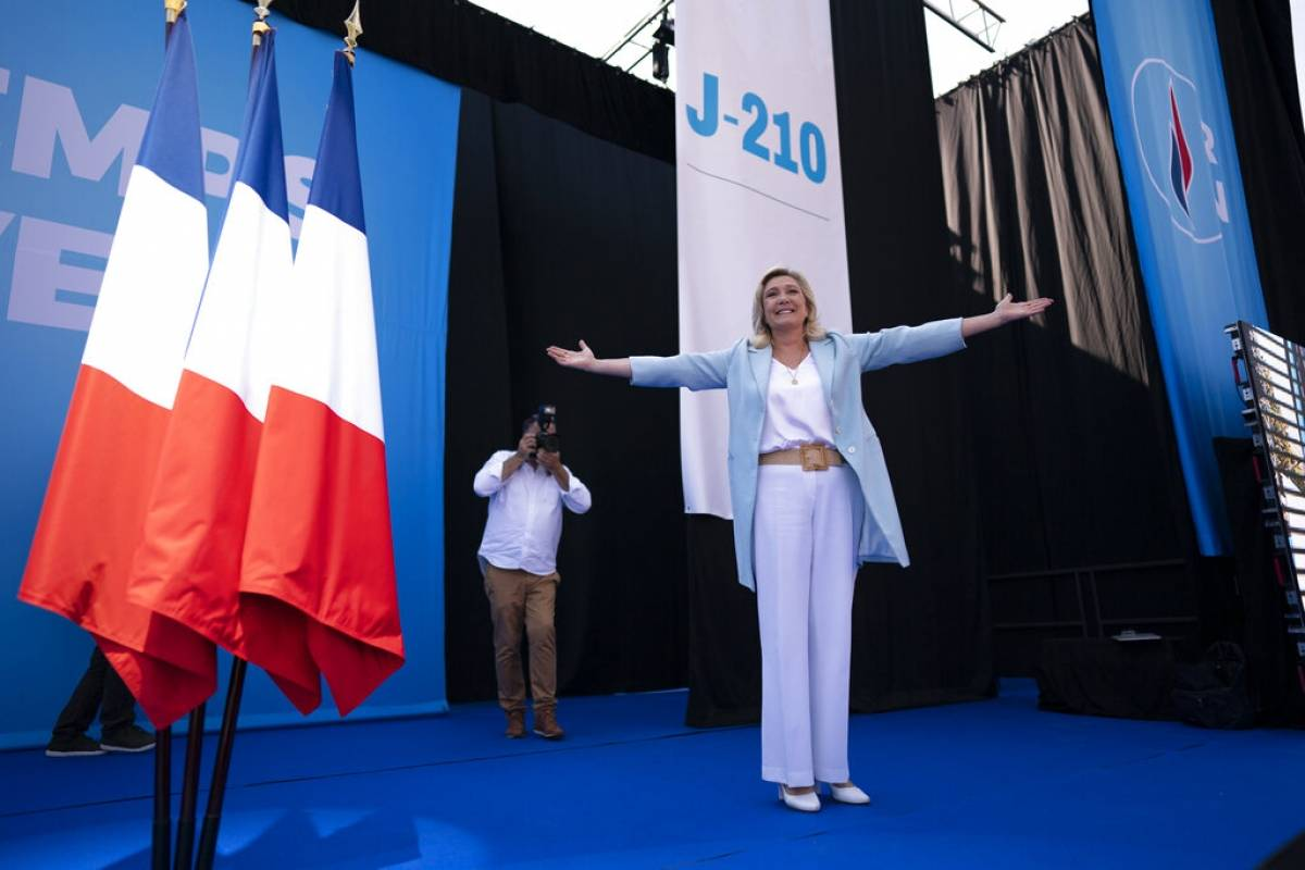 Two politicians seek to become the first woman to rule France