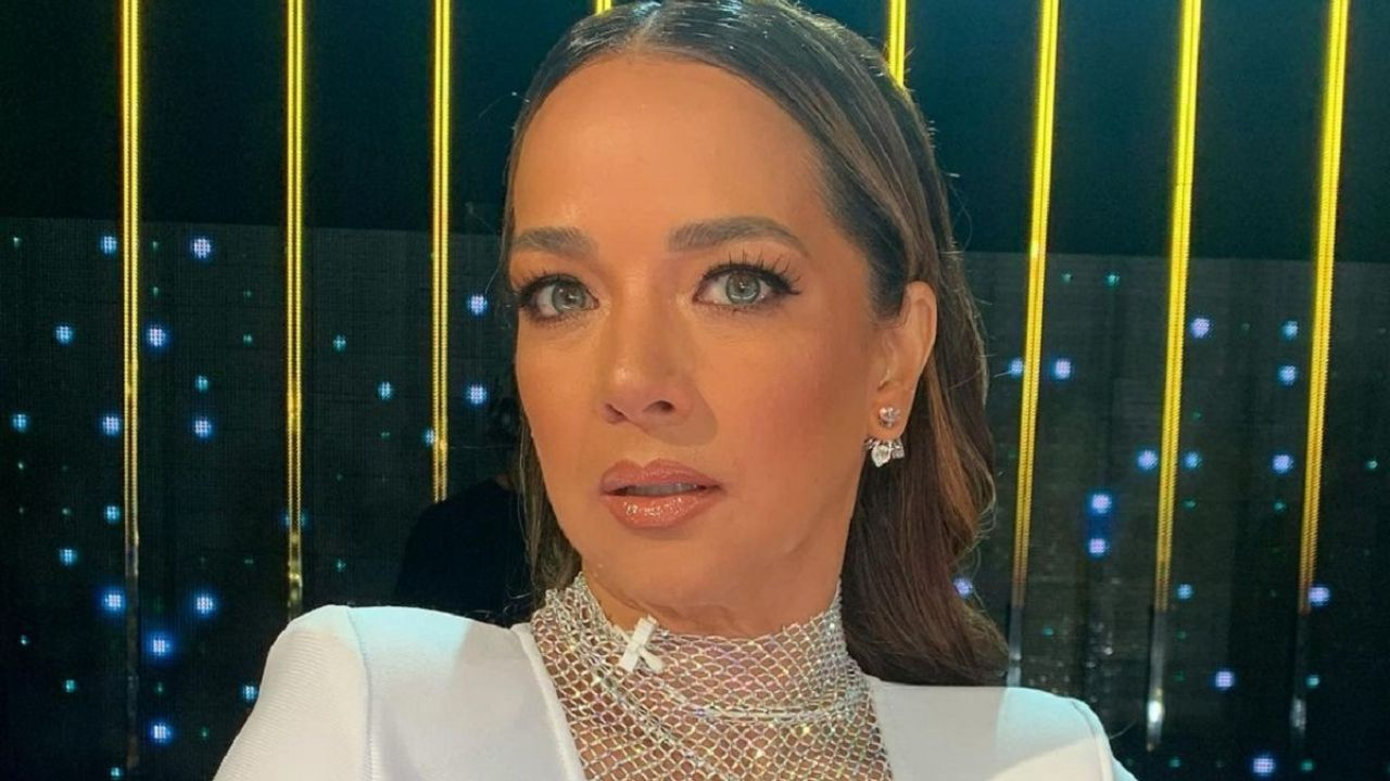 Adamari Lopez takes to the nets to show off her dazzling silhouette