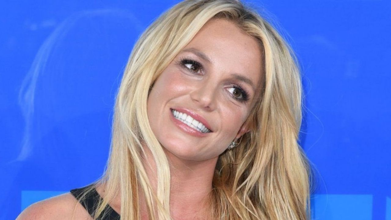 Britney Spears makes fun of her sister Jamie's book;  That said