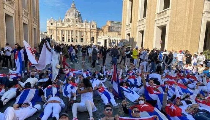 Hundreds of Cubans protest outside the Vatican after being prevented from entering Pope Francis' congregation