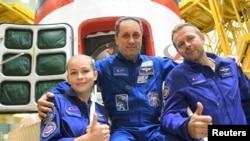 Члены экипажа: космонавт Антон Шкаплеров, актриса Юлия Пересильд, кинорежиссер Клим Ибенко.