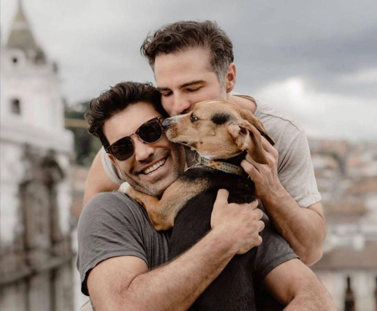 Telenovela actor Roberto Manrique introduces his friend