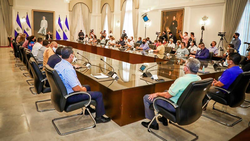 Unions linked to Bukele propose confiscation of workers' savings